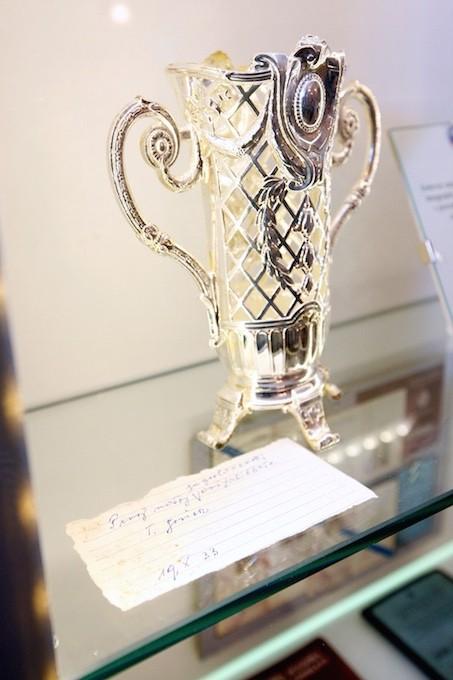 """Za polet je Kristini beograjski aeroklub podaril srebrno vazo s posvetilom """"Naši prvi jugoslovanski aviatičarki Kristini Gorišek."""""""